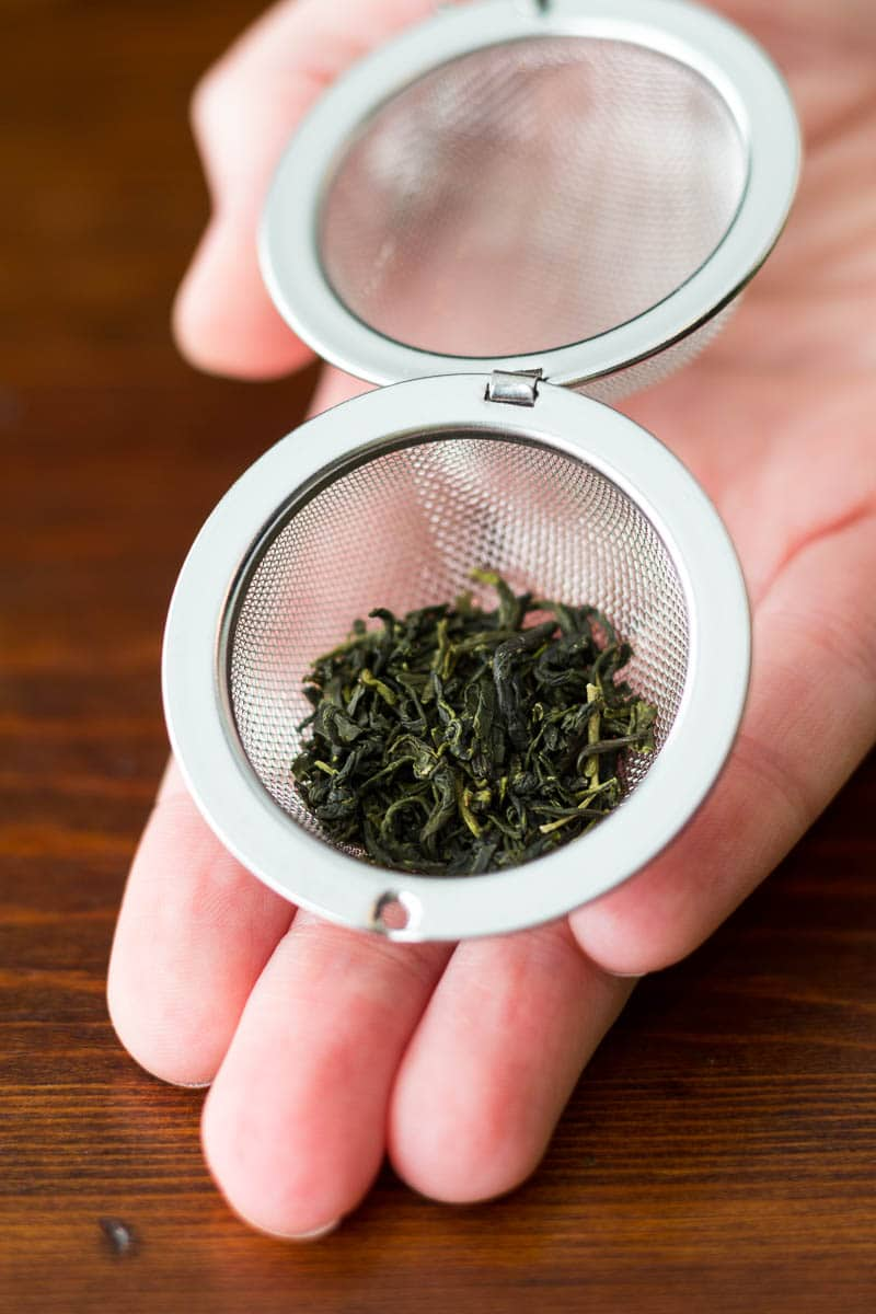 How to brew loose leaf tea in two different ways: with a tea ball or with a kitchen strainer. Simple instructions with lots of pictures!